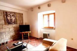 Гостиная. Черногория, Муо : Каменный дом на первой линии с видом на море, 3 спальни, 3 ванные комнаты, Wi-Fi