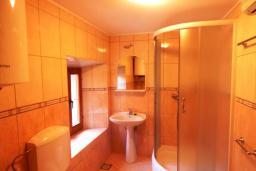 Ванная комната. Черногория, Муо : Каменный дом на первой линии с видом на море, 3 спальни, 3 ванные комнаты, Wi-Fi
