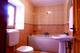 Ванная комната 2. Черногория, Муо : Каменный дом на первой линии с видом на море, 3 спальни, 3 ванные комнаты, Wi-Fi