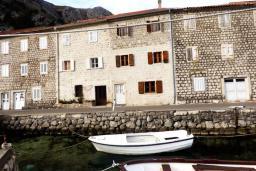 Фасад дома. Черногория, Муо : Каменный дом на первой линии с видом на море, 3 спальни, 3 ванные комнаты, Wi-Fi