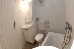 Ванная комната. Черногория, Утеха : Апартамент в 70 метрах от пляжа, с гостиной, отдельной спальней и балконом с шикарным видом на море