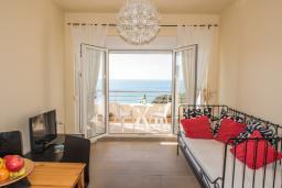 Гостиная. Черногория, Утеха : Апартамент в 70 метрах от пляжа, с гостиной, отдельной спальней и балконом с шикарным видом на море