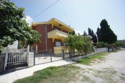 Фасад дома. Черногория, Сутоморе : Вилла с двориком, 4 спальни, 2 ванные комнаты, барбекю, парковка, Wi-Fi