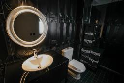 Ванная комната. Черногория, Риека Режевичи : Каменный дом с зеленной территорией, 2 спальни, 2 ванные комнаты, парковка, Wi-Fi