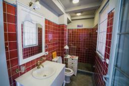 Ванная комната 2. Черногория, Риека Режевичи : Каменный дом с зеленной территорией, 2 спальни, 2 ванные комнаты, парковка, Wi-Fi