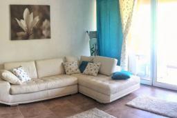 Гостиная. Черногория, Бечичи : Современный апартамент в комплексе с бассейном и детской площадкой, с гостиной, двумя спальнями и балконом