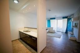 Кухня. Черногория, Бечичи : Современный апартамент в комплексе с бассейном и детской площадкой, с гостиной, двумя спальнями и балконом