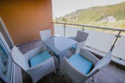 Балкон. Черногория, Бечичи : Современный апартамент в комплексе с бассейном и детской площадкой, с гостиной, двумя спальнями и балконом