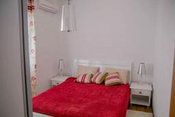 Спальня. Черногория, Бечичи : Современный апартамент в комплексе с бассейном и детской площадкой, с гостиной, двумя спальнями и балконом