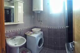 Ванная комната. Черногория, Бечичи : Современный апартамент в комплексе с бассейном и детской площадкой, с гостиной, двумя спальнями и балконом