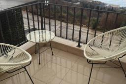Балкон. Черногория, Риека Режевичи : Роскошный апартамент в комплексе с бассейном и зеленым двориком, с гостиной, отдельной спальней и балконом с видом на море