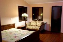 Спальня 2. Черногория, Риека Режевичи : Уютная вилла с бассейном и видом на море, 5 спален, 5 ванных комнат, патио с барбекю, парковка, Wi-Fi