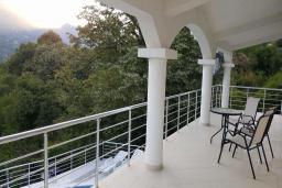 Балкон. Черногория, Подгорица : Вилла с бассейном и видом на горы, 6 спален, 3 ванные комнаты, барбекю, парковка, Wi-Fi