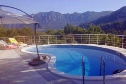 Бассейн. Черногория, Подгорица : Вилла с бассейном и видом на горы, 6 спален, 3 ванные комнаты, барбекю, парковка, Wi-Fi