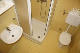 Ванная комната. Черногория, Игало : Уютная студия с кухней в 20 метрах от моря