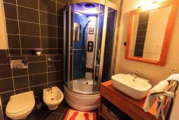 Ванная комната. Черногория, Святой Стефан : Современная вилла с бассейном и двориком, 2 гостиные, 4 спальни, 4 ванные комнаты, барбекю, гараж, Wi-Fi