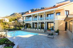 Фасад дома. Черногория, Святой Стефан : Современная вилла с бассейном и двориком, 2 гостиные, 4 спальни, 4 ванные комнаты, барбекю, гараж, Wi-Fi