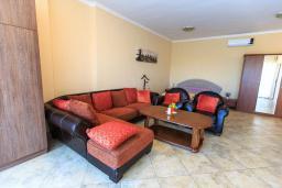 Спальня. Черногория, Святой Стефан : Современная вилла с бассейном и двориком, 2 гостиные, 4 спальни, 4 ванные комнаты, барбекю, гараж, Wi-Fi