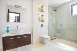 Ванная комната. Черногория, Кримовица : Современная вилла с бассейном и видом на море, 4 спальни, 3 ванные комнаты, барбекю, парковка, Wi-Fi