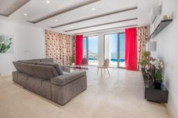 Гостиная. Черногория, Кримовица : Современная вилла с бассейном и видом на море, 4 спальни, 3 ванные комнаты, барбекю, парковка, Wi-Fi