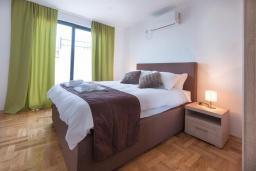 Спальня. Черногория, Кримовица : Современная вилла с бассейном и видом на море, 4 спальни, 3 ванные комнаты, барбекю, парковка, Wi-Fi
