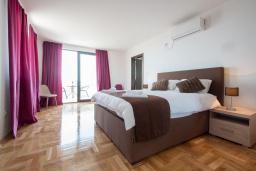 Спальня 2. Черногория, Кримовица : Современная вилла с бассейном и видом на море, 4 спальни, 3 ванные комнаты, барбекю, парковка, Wi-Fi