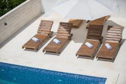 Зона отдыха у бассейна. Черногория, Кримовица : Современная вилла с бассейном и видом на море, 4 спальни, 3 ванные комнаты, барбекю, парковка, Wi-Fi