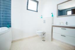 Ванная комната 2. Черногория, Кримовица : Современная вилла с бассейном и видом на море, 4 спальни, 3 ванные комнаты, барбекю, парковка, Wi-Fi