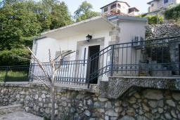 Фасад дома. Черногория, Будва : Каменный домик в комплексе с бассейном и видом на море, барбекю, парковка, Wi-Fi