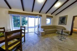 Гостиная. Черногория, Будва : Каменный дом в комплексе с бассейном и видом на море, просторная гостиная, отдельная спальня, барбекю, парковка, Wi-Fi