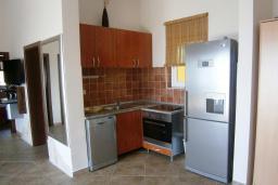 Кухня. Черногория, Будва : Каменный дом в комплексе с бассейном и видом на море, просторная гостиная, 2 спальни, барбекю, парковка, Wi-Fi
