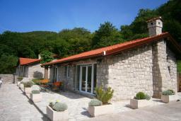 Фасад дома. Черногория, Будва : Каменный дом в комплексе с бассейном и видом на море, просторная гостиная, 2 спальни, барбекю, парковка, Wi-Fi