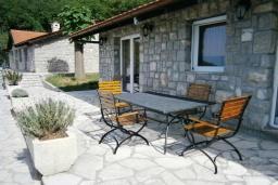 Терраса. Черногория, Будва : Каменный дом в комплексе с бассейном и видом на море, просторная гостиная, 2 спальни, барбекю, парковка, Wi-Fi
