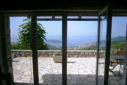 Вид на море. Черногория, Будва : Каменный дом в комплексе с бассейном и видом на море, просторная гостиная, 2 спальни, барбекю, парковка, Wi-Fi
