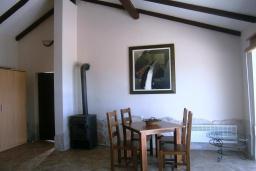 Гостиная. Черногория, Будва : Каменный дом в комплексе с бассейном и видом на море, просторная гостиная, 2 спальни, барбекю, парковка, Wi-Fi