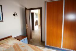 Спальня 2. Черногория, Будва : Каменный дом в комплексе с бассейном и видом на море, просторная гостиная, 2 спальни, барбекю, парковка, Wi-Fi