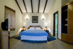 Спальня. Черногория, Будва : Роскошный каменный дом в комплексе с бассейном и видом на море, просторная гостиная, 2 спальни, барбекю, парковка, Wi-Fi
