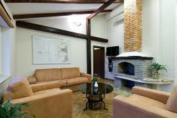 Гостиная. Черногория, Будва : Роскошный каменный дом в комплексе с бассейном и видом на море, просторная гостиная, 2 спальни, барбекю, парковка, Wi-Fi