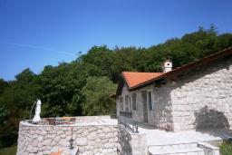 Фасад дома. Черногория, Будва : Роскошный каменный дом в комплексе с бассейном и видом на море, просторная гостиная, 2 спальни, барбекю, парковка, Wi-Fi