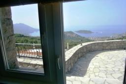 Вид на море. Черногория, Будва : Роскошный каменный дом в комплексе с бассейном и видом на море, просторная гостиная, 2 спальни, барбекю, парковка, Wi-Fi