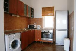 Кухня. Черногория, Будва : Роскошный каменный дом в комплексе с бассейном и видом на море, просторная гостиная, 2 спальни, барбекю, парковка, Wi-Fi