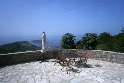 Терраса. Черногория, Будва : Роскошный каменный дом в комплексе с бассейном и видом на море, просторная гостиная, 2 спальни, барбекю, парковка, Wi-Fi