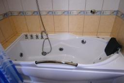 Ванная комната. Черногория, Будва : Роскошный каменный дом в комплексе с бассейном и видом на море, просторная гостиная, 2 спальни, барбекю, парковка, Wi-Fi