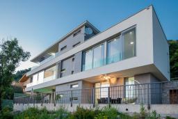 Фасад дома. Черногория, Кавач : Роскошная вилла с бассейном, панорамным видом на море и окрестности, 3 спальни, сауна, барбекю, гараж, Wi-Fi
