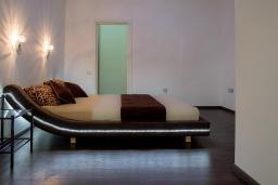 Спальня. Черногория, Кавач : Роскошная вилла с бассейном, панорамным видом на море и окрестности, 3 спальни, сауна, барбекю, гараж, Wi-Fi