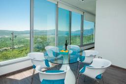 Обеденная зона. Черногория, Кавач : Роскошная вилла с бассейном, панорамным видом на море и окрестности, 3 спальни, сауна, барбекю, гараж, Wi-Fi