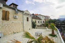 Терраса. Черногория, Пераст : Каменный дом в 100 метрах от пляжа, с двориком и террасой с видом на море, 3 спальни, 3 ванные комнаты, барбекю, Wi-Fi