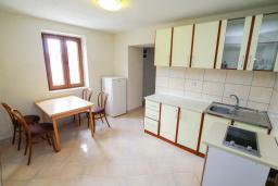 Кухня. Черногория, Пераст : Каменный дом в 100 метрах от пляжа, с двориком и террасой с видом на море, 3 спальни, 3 ванные комнаты, барбекю, Wi-Fi