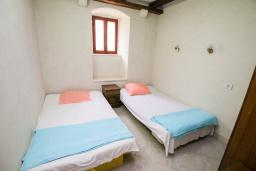 Спальня 2. Черногория, Пераст : Каменный дом в 100 метрах от пляжа, с двориком и террасой с видом на море, 3 спальни, 3 ванные комнаты, барбекю, Wi-Fi