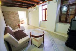 Гостиная. Черногория, Пераст : Каменный дом в 100 метрах от пляжа, с двориком и террасой с видом на море, 3 спальни, 3 ванные комнаты, барбекю, Wi-Fi